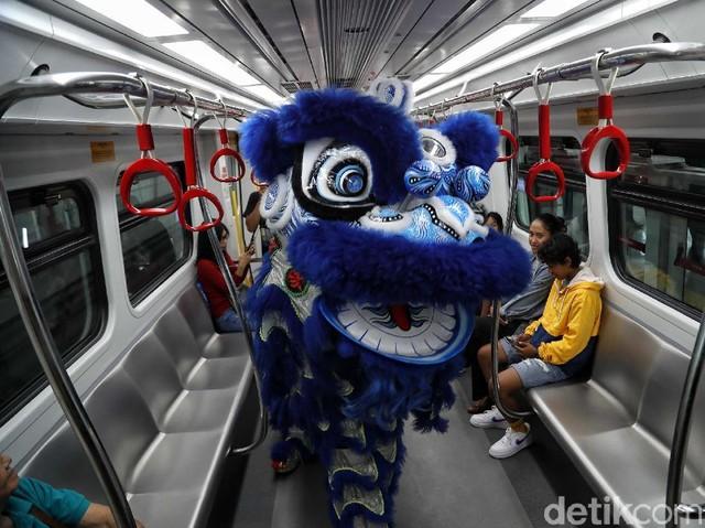 Barongsai Hibur Penumpang LRT Jakarta