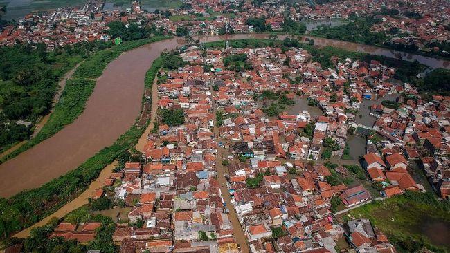 Hujan deras yang mengguyur Bandung Selatan beberapa hari terakhir menyebabkan 13.843 rumah terendam banjir dan ratusan orang mengungsi.