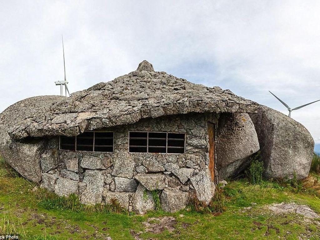 Keren! Rumah Ini Dibuat dari Bebatuan Raksasa