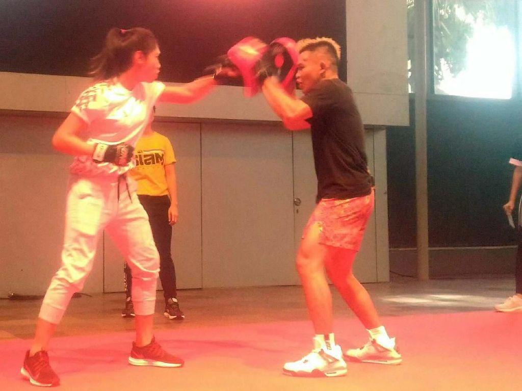 Serunya Pesepakbola Duel dengan Petarung MMA