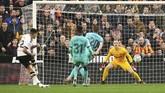 Barcelona kalah 0-2 dari Valencia pada lanjutan Liga Spanyol yang diwarnai permainan buruk Lionel Messi di Stadion Mestalla.