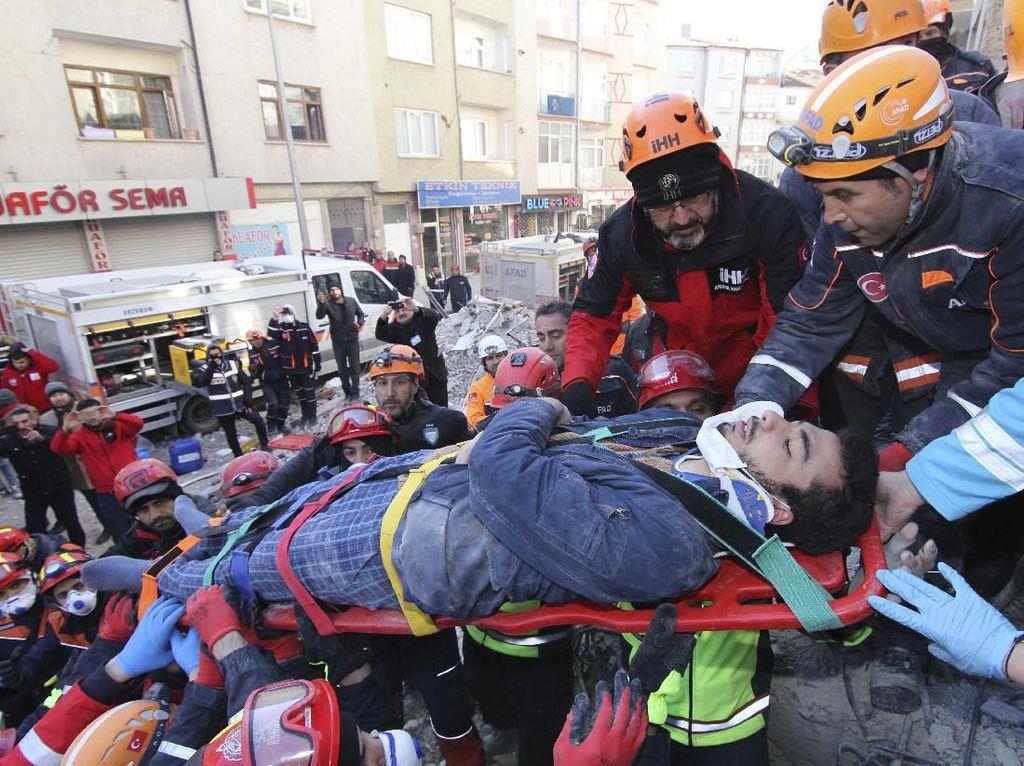 Melihat Proses Evakuasi Korban Gempa Turki