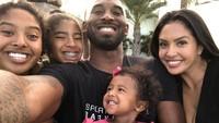 <p>Sebuah kenangan manis ketika Vanessa mengajak anak-anaknya melakukan <em>suprise family trip,</em> untuk memberi kejutan kepada Kobe yang sedang berulang tahun. Selamat jalan Kobe dan Gianna! (Foto: Instagram @kobebryant)</p>