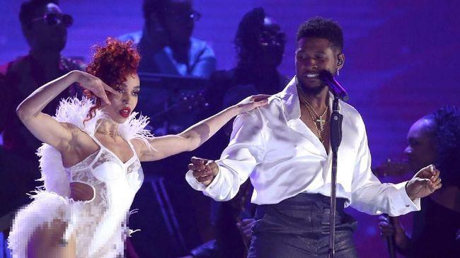 Salah seorang penari striptis di sebuah klub di Las Vegas merasa terhina karena diberi uang palsu oleh penyanyi Usher.