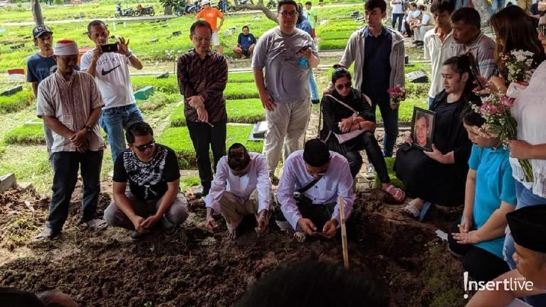Isak tangis pun terdengar selama proses pemakaman berlangsung.
