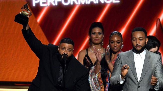 LOS ANGELES, CALIFORNIA - JANUARY 26: (L-R) DJ Khaled, Samantha Smith, and John Legend accept the Best Rap/Sung Performance award for 'Higher' onstage during the 62nd Annual GRAMMY Awards at STAPLES Center on January 26, 2020 in Los Angeles, California.   Kevin Winter/Getty Images for The Recording Academy /AFP