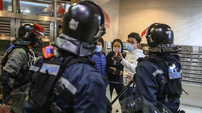 Warga Hong Kong protes pendirian pusat karantina virus corona di area permukiman warga pada Minggu (26/1).