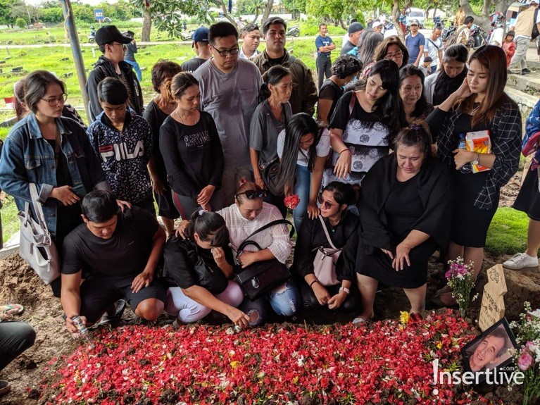 Keluarga berkumpul di pusara Johny Indo untuk mendoakannya. Selamat jalan Johny Indo, semoga arwahmu tenang di sisi-Nya.