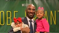 <p>Momen saat Kobe merasa sangat senang mendapat kejutan dari Vanessa dan anak-anaknya. Kali ini ada baby B.B dan KoKo.(Foto: Instagram @kobebryant)</p>