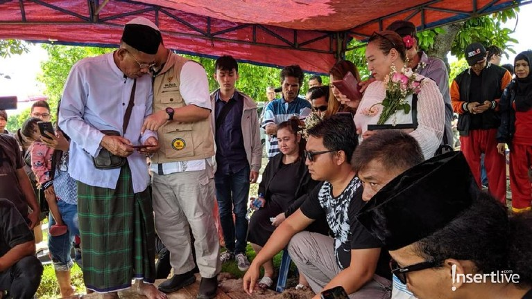 Keluarga pun berkumpul di TPU Selapang Jaya, Tangerang, Banten untuk memakamkan almarhum.