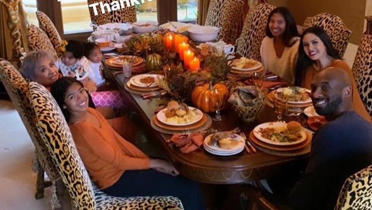Pada perayaan Thanksgiving beberapa waktu lalu, keluarga kecil Kobe Bryant mengadakan makan bersama di rumahnya.