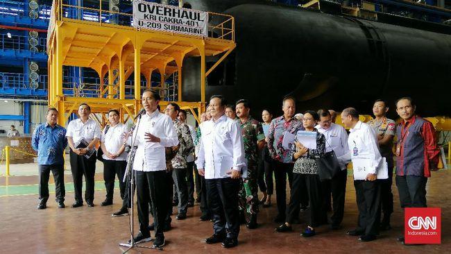 Saat meninjau produksi kapal selam buatan dalam negeri, KRI Alugoro-405, di Surabaya, Jokowi ingin efisiensi industri pertahanan BUMN.