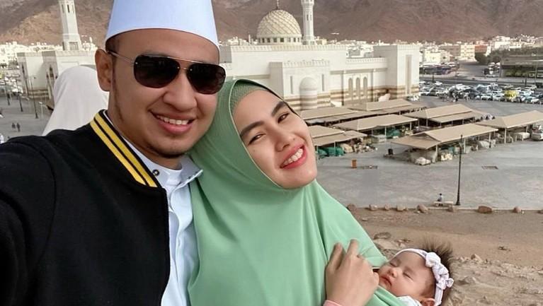Putri kecilnya, Khalisa Aghnia Bahira juga turut diajak untuk melakukan umroh bersama.