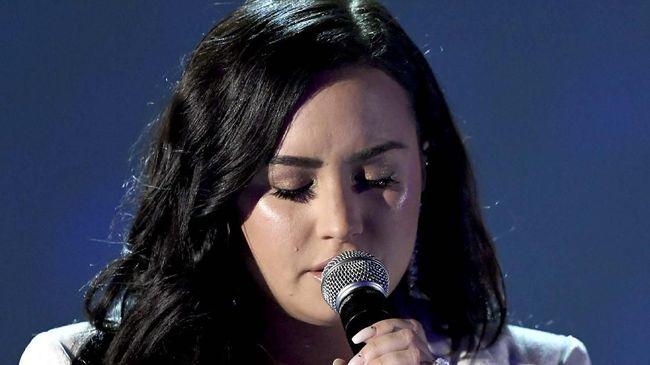 Demi Lovato mengungkapkan pengalaman pahit kala dirinya berada dalam kondisi sulit, overdosis, pada 2018 lalu.