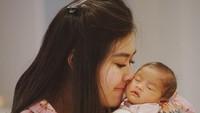<p>Hangat sekali nih pelukan Bunda Syahnaz untuk si kecil Zunaira. (Foto: Instagram @ritchieismail)</p>