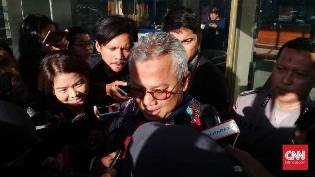 Ketua KPU Arief Budiman mengaku tak menerima sepeser pun dalam PAW Anggota DPR dari F-PDIP karena itu sudah sesuai UU Pemilu.