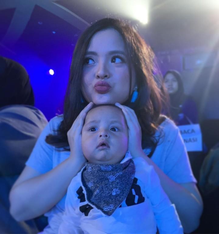 Mantan penyanyi cilik Tasya Kamila kini menjadi ibu satu anak. Time flies ya, Bunda? Intip yuk, foto-foto pelantun Libur Telah Tiba bersama anaknya di sini.