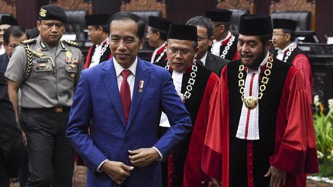 Presiden Joko Widodo bersama Ketua Mahkamah Konstitusi (MK) Anwar Usman mengikuti sidang pleno penyampaian laporan tahun 2019 di Gedung MK, Jakarta, Selasa (28/1/2020). Sejak berdiri pada tahun 2003 hingga Desember 2019 MK telah menerima sebanyak 3.005 perkara. ANTARA FOTO/Hafidz Mubarak A/aww.