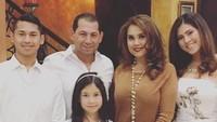 <p>Pada 4 Juli 1998, Cindy menikah dengan Thariq Mahmud Eben. Mereka sudah dikaruniai tiga anak, Sabrina Aisya Putri, Abriel Omar Syarif, dan Kirana Shaskia Putri. [Foto: Instagram @cindyclaudiaofficial]</p>