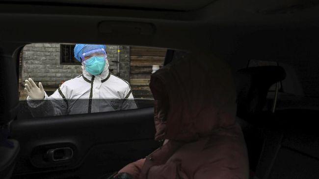 Sekelompok pedemo menyerang sebuah bus berisikan warga Ukraina dan beberapa warga negara lainnya yang baru dievakuasi dari Wuhan, China.