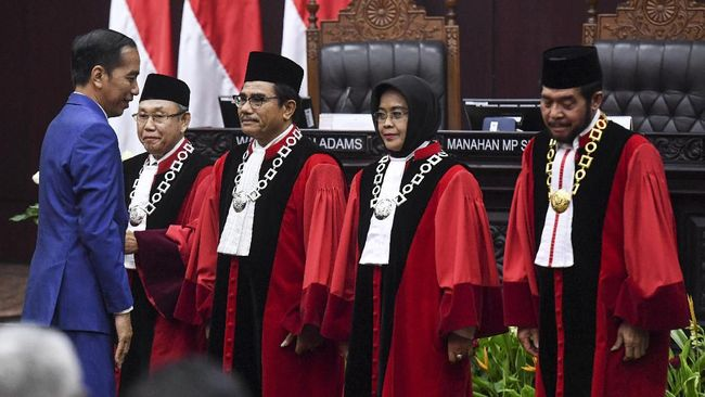 Pemberian Bintang Mahaputera kepada Hakim Konstitusi berpotensi melanggar kode etik hakim di tengah proses gugatan Omnibus Law UU Cipta Kerja.