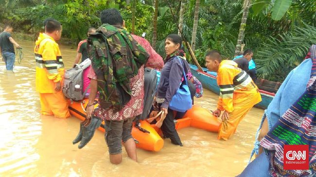 Banjir bandang yang disebabkan hujan deras yang terus menerus membuat sembilan orang hanyut terbawa Sungai Lau Tuntungan, Deli Serdang.
