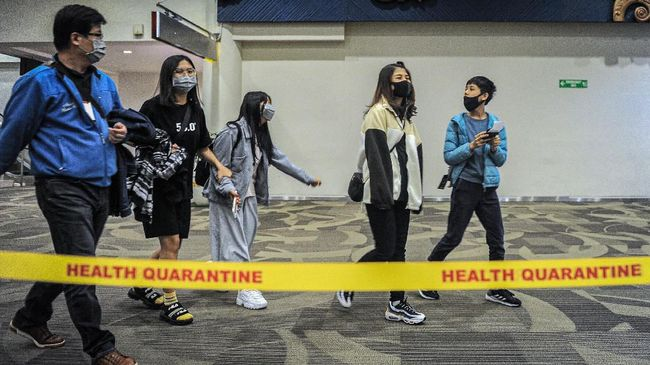 Ada sejumlah kemungkinan sebab di balik belum masuknya virus corona atau Covid-19 ke Indonesia.