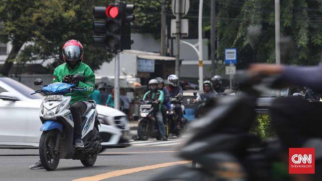 Jokowi memberi peluang untuk menggratiskan biaya pembuatan SIM kepada warga miskin.