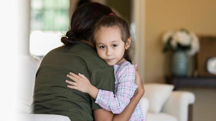 Impostor syndrome bisa terjadi pada anak dan biasanya terbentuk karena pola asuh orang tua, Bunda. Meski begitu, kondisi ini bisa dicegah sebelum terbentuk.