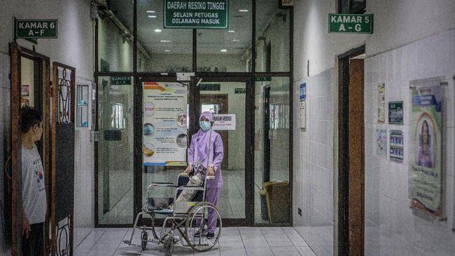 Meski ada ratusan pegawai yang terinfeksi corona, pelayanan di RS dr Moewardi, Solo tidak dihentikan.