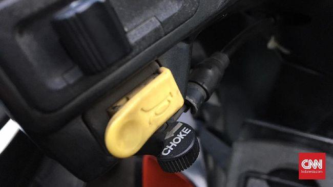 Choke merupakan fitur identik sepeda motor karburator yang tidak lagi dibutuhkan pada motor injeksi.