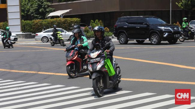 Sebanyak 167 pengendara sepeda motor di Jakarta terekam melanggar aturan lalu lintas pada hari pertama sosialisasi sistem tilang elektronik.
