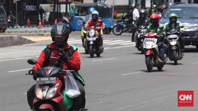 Aturan sistem tilang elektronik sepeda motor bisa diperluas dengan menjerat pengendara motor yang bermain telepon genggam.