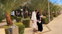 Kartika Putri dan sang suami, Habib Usman Bin Yahya, memang diketahui turut mengajak putri kecil mereka, Khalisa, umrah baru-baru ini. (Foto: Instagram @kartikaputriworld)