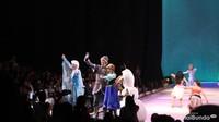 <p>Di akhir acara, anak-anak bisa berinteraksi dengan karakter Disney favorit mereka lho. Lihat saja, Princess Elsa, Anna, dan Olaf sedang menyapa para penonton. (Foto: HaiBunda)</p>