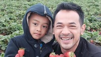 <p>Liburan memetik strawberry. Seru banget! (Foto: Instagram @oks_antara)</p>