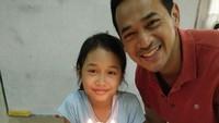 <p>Sweet banget nih, Ayah Oka menyempatkan waktu dengan memberikan kejutan ulang tahun untuk Raia di sekolah. (Foto: Instagram @oks_antara)</p>