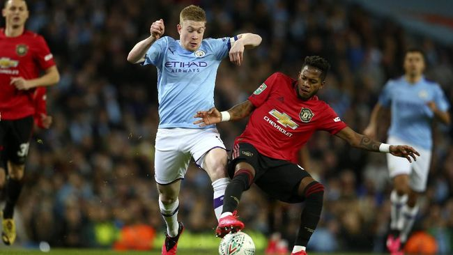 Manchester City's Kevin De Bruyne, center left, vies for the ball with Manchester United's Fred during the English League Cup semifinal second leg soccer match between Manchester City and Manchester United at Etihad stadium in Manchester, England, Wednesday, Jan. 29, 2020. (AP Photo/Dave Thompson)