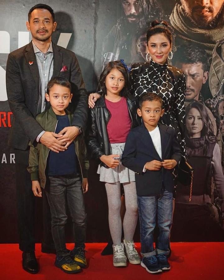 Meskipun sibuk dengan berbagai jadwal syuting, Oka Antara tetap menyempatkan waktu untuk quality time dengan ketiga anaknya. Intip kedekatan mereka yuk.