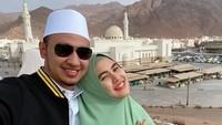 Kartika Putri mengunggah foto saat bulan madu dua tahun lalu di tempat yang sama dengan ia menggendong Khalisa saat umrah. (Foto: Instagram @kartikaputriworld)