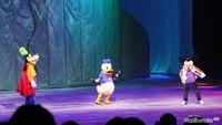 <p>Pertunjukan dibuka dengan karakter Disney yang ada sejak zaman dulu, seperti Donald Duck dan Mickey Mouse. Mereka hadir dan menyapa dengan hangat kepada anak-anak yang menonton. (Foto: HaiBunda)</p>
