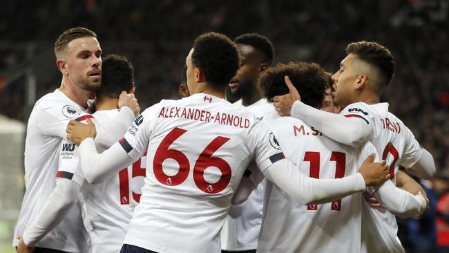 Liverpool's Alex Oxlade-Chamberlain, second left, celebrates with teammates after scoring his side's second goal during the English Premier League soccer match between West Ham Utd and Liverpool at the London Stadium in London, Wednesday, Jan. 29, 2020. (AP Photo/Frank Augstein)