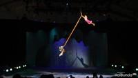 <p>Rapunzel dan pangeran terbang dan melayang menggunakan sebuah kain. Ceritanya, kain tersebut adalah rambut Rapunzel. (Foto: HaiBunda)</p>