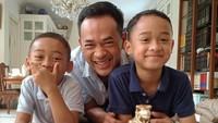 <p>Dua jagoan kecil Oka ini wajahnya mirip sang ayah banget ya? (Foto: Instagram @oks_antara)</p>