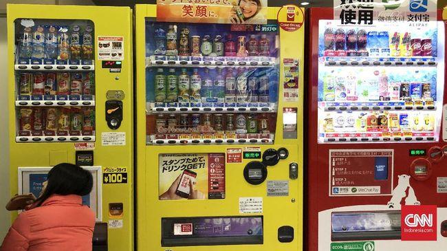 Mesin minuman kaleng hampir selalu ada di seantero Jepang. Mesin menyediakan beragam minuman yang menyegarkan.