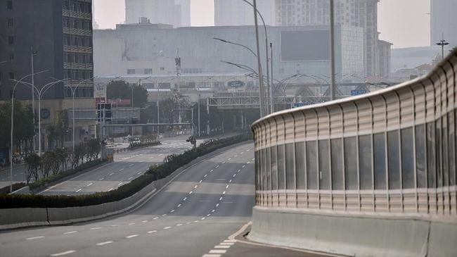 Warga Wuhan diminta untuk tetap berada di rumah saat aturan lockdown belum dicabut untuk mencegah risiko penyebaran gelombang kedua.
