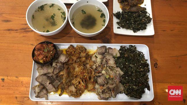 Aroma daging asap yang dipadukan dengan sambal pedas menggoda para penikmat kuliner. Makanan ini terkenal dengan nama se'i sapi.