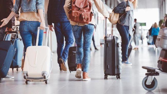 Pandemi covid-19 'memukul' berbagai usaha tak terkecuali sektor pariwisata. Salah satu pengusaha travel terpaksa banting setir jadi tukang jus pakcoy.