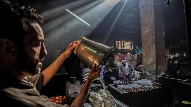 Foto-foto unik pilihan redaksi CNNIndonesia.com pada akhir pekan. Dari pasukan anjing di India hingga badai di Spanyol.