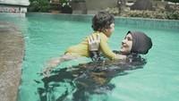"""<span style=""""color: #222222; font-family: Arial, Helvetica, sans-serif; font-size: small;"""">Ternyata, Baby Freya enggak takut air ya, dari kecil sudah diajarkan berenang. (Foto: Instagram @dwihandaanda)</span>"""